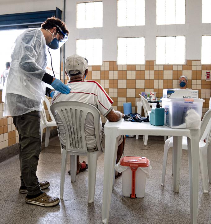 In addition to mobile clinics targeting people living in homelessness, in partnership with the city of Rio de Janeiro, MSF conducted health promotion, screening and medical care activities at a low-cost restaurant in Bonsucesso.