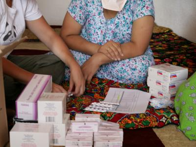 MSF nurse Cindy Gibb in Tajikistan counts out a monthly supply of drugs that will be taken by two members of the same family who are being treated for multi-drug resistant tuberculosis.