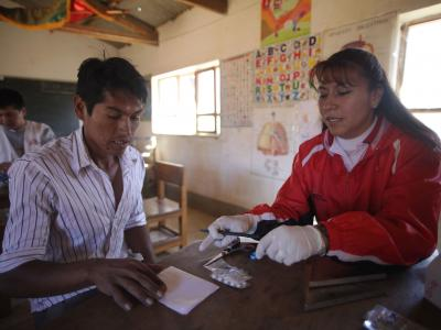 An MSF doctor provides a patient with Chagas treatment for a week in Comun Pampa.