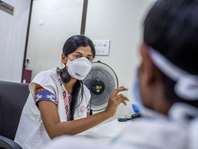 Pooja Iyer, MSF counselor, providing counseling to Hanif, an XDR-TB patient, in the MSF clinic in Mumbai. India 2016