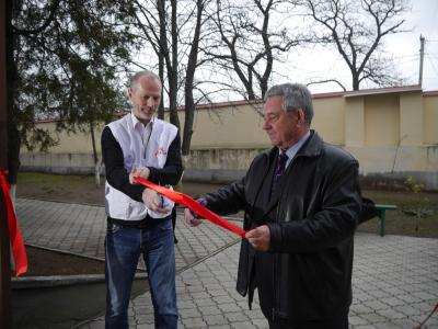 Mark Walsh, head of mission for MSF in Ukraine officially opening MSF's project with Ivan Dudla, medical specialist from the regional health authorities in Mykolaiv.