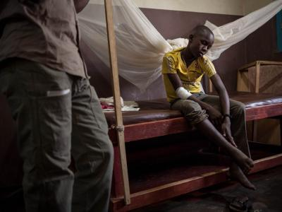 Bonaventure Ndjekpe, 14, is being kept under surveillance at Paoua Hospital, northwestern Central African Republic, supported by MSF. He would have been bitten on the heel by a snake on Christmas Eve, but there is no sign of blood poisoning. 2018.